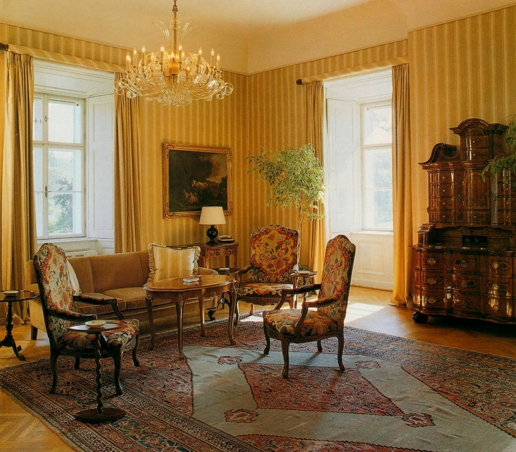 Classic Living Room With Persian Carpet (Image 3 of 24)