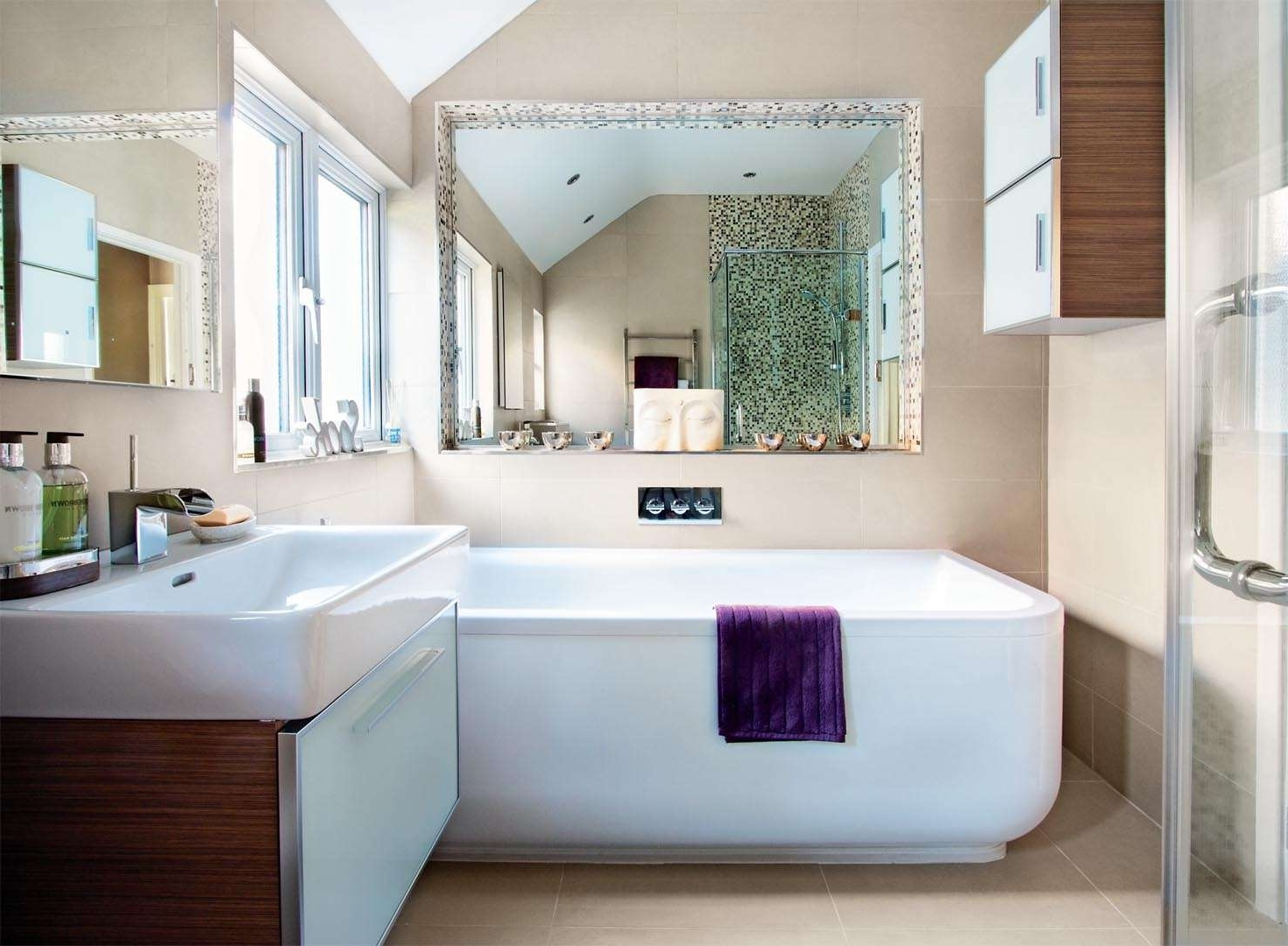 Deluxe Contemporary Bathroom Interior Decor (Image 2 of 8)