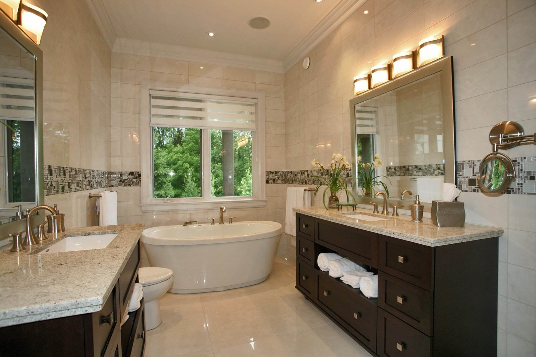 Luxurious Bathroom Design With Ceramic Tile (Image 3 of 8)