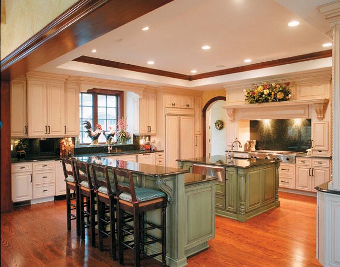 Дизайн кухни с островом и барной стойкой в частном доме