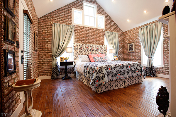 Featured Image of Best Classic Fabric Bedroom With Brick Wall And Wood Flooring