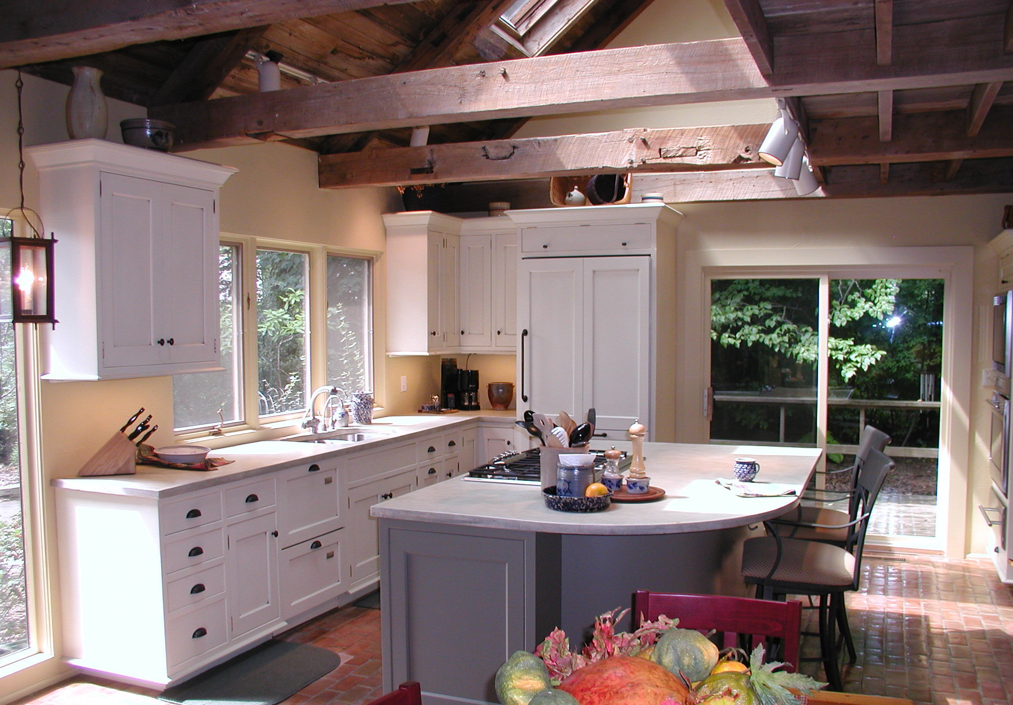 Featured Image of Simply Modern Kitchen With Wood Beam Ceiling