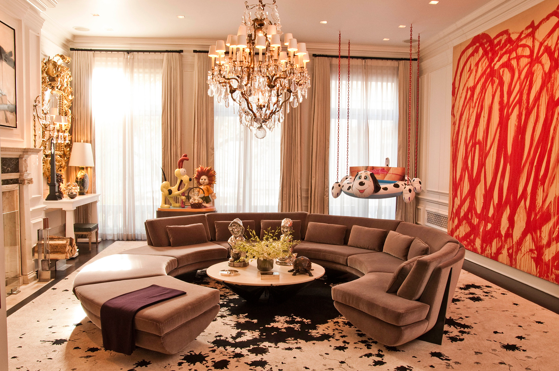 Featured Image of Classic And Luxury Apartment Living Room With Round Sofa And Crystal Chandelier