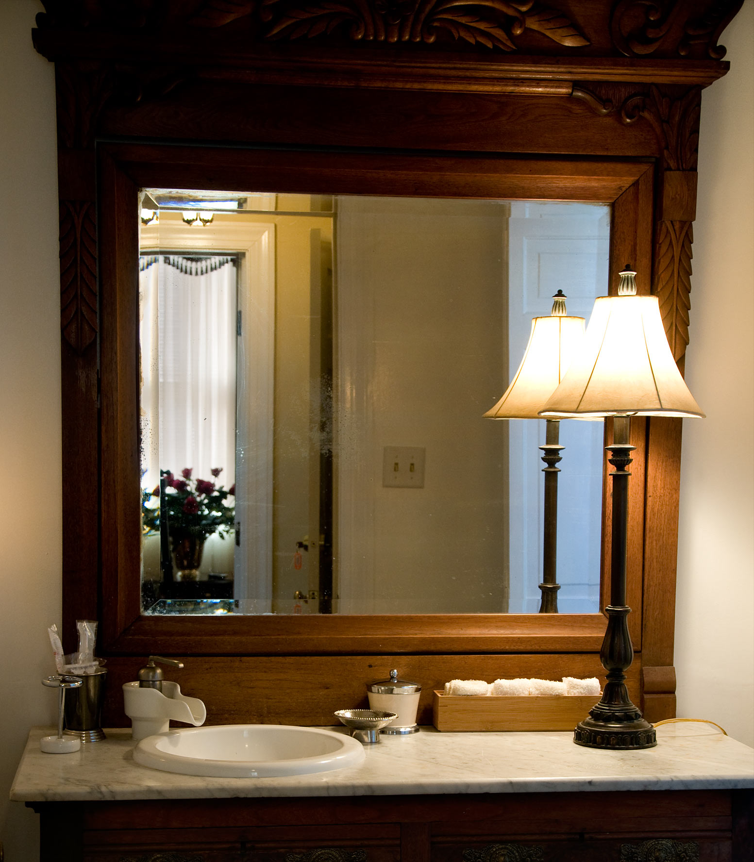 Featured Image of Traditional Bathroom Mirror With Wooden Frame And Stand Lamp