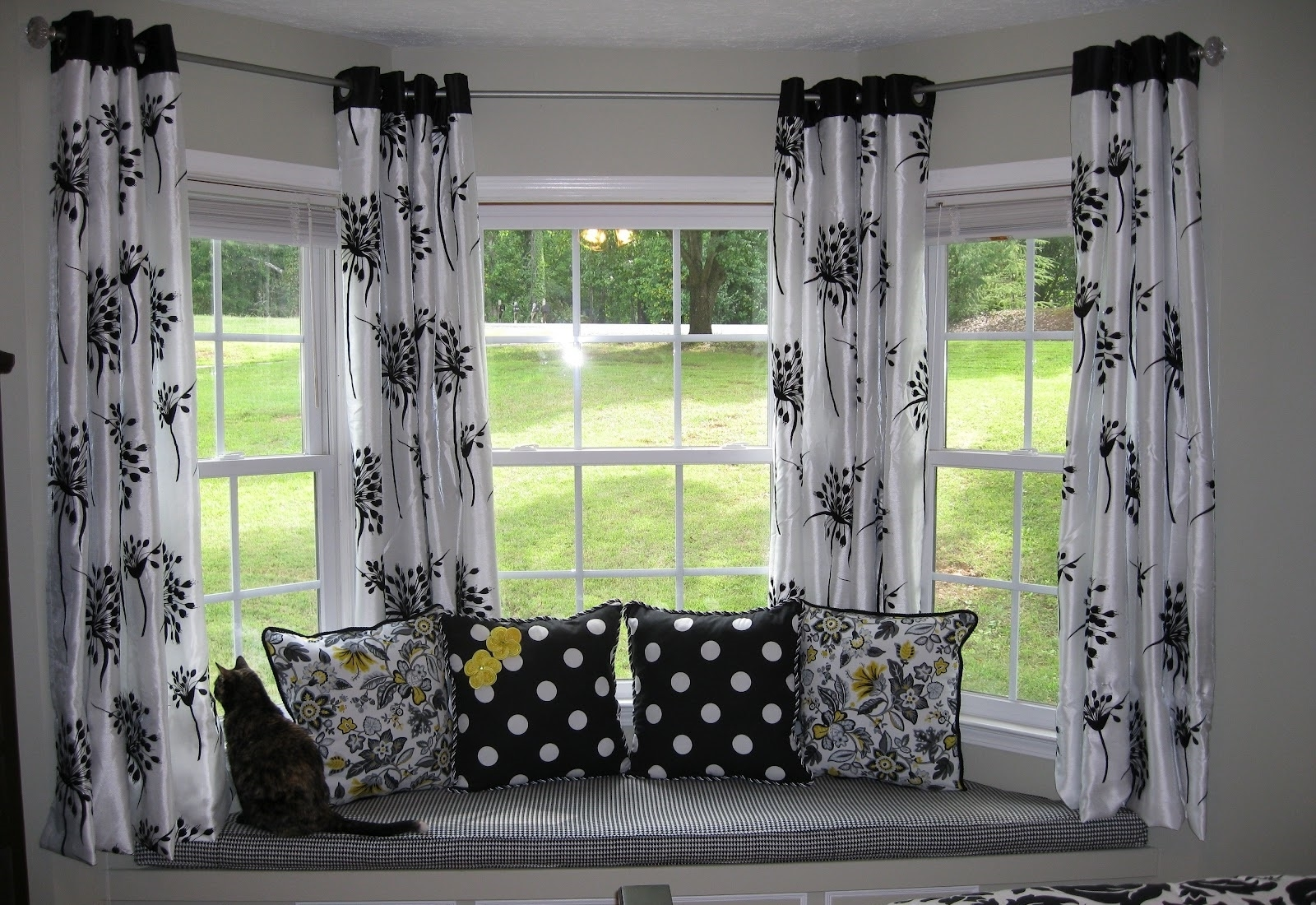 Bay windows with black white curtain decor 7842 house for Black and white curtain designs