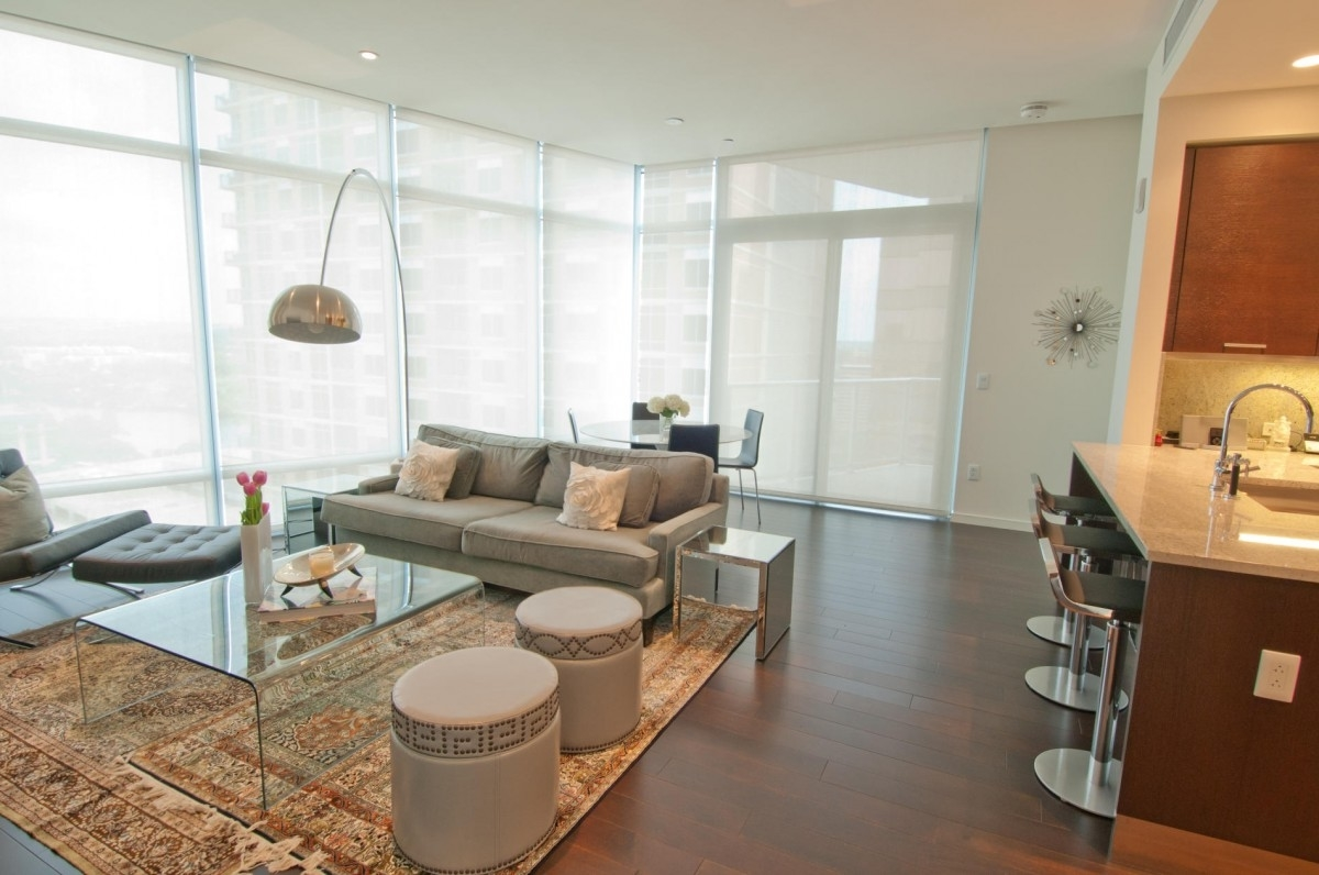 Featured Image of Beautiful Deluxe Living Room With Carpet Flooring