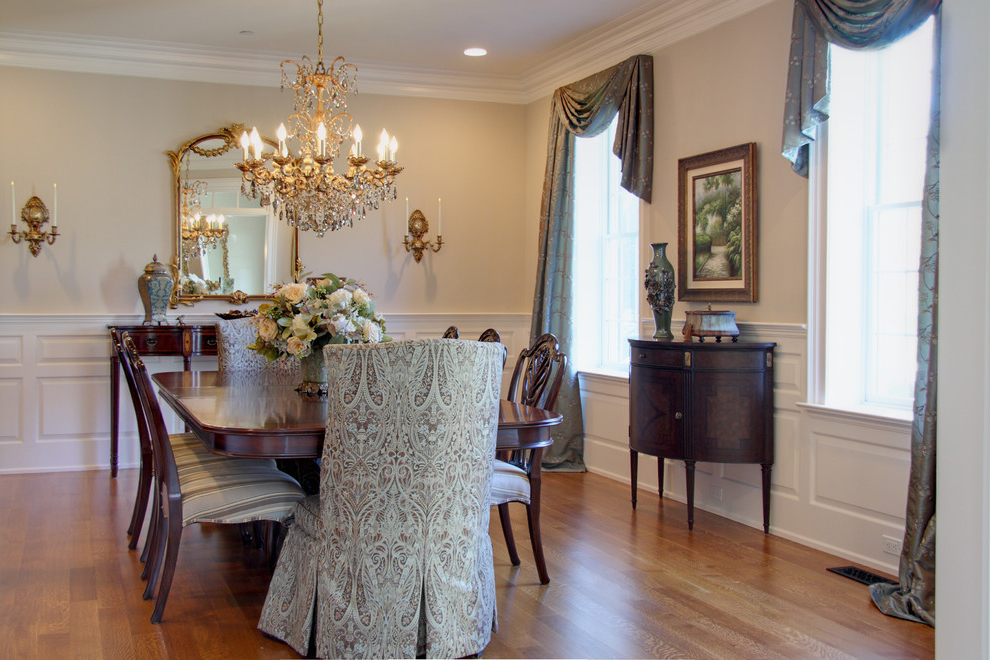 Featured Image of Classic Dining Room With Crystal Chandelier
