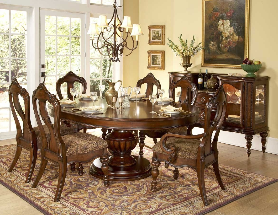 Featured Image of Classic European Dining Room With Carpet Flooring