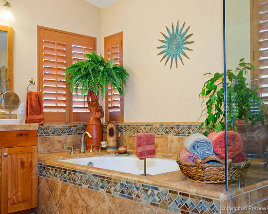 Featured Image of Classic Style Tropical Bathroom Design Ideas