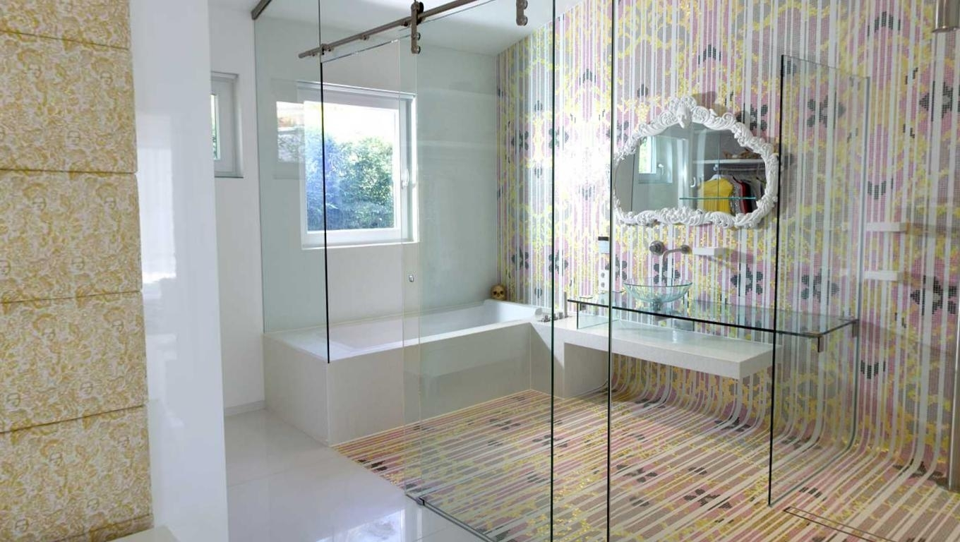 Featured Image of Colorful Cozy Bathroom Modern Design With Glass Door