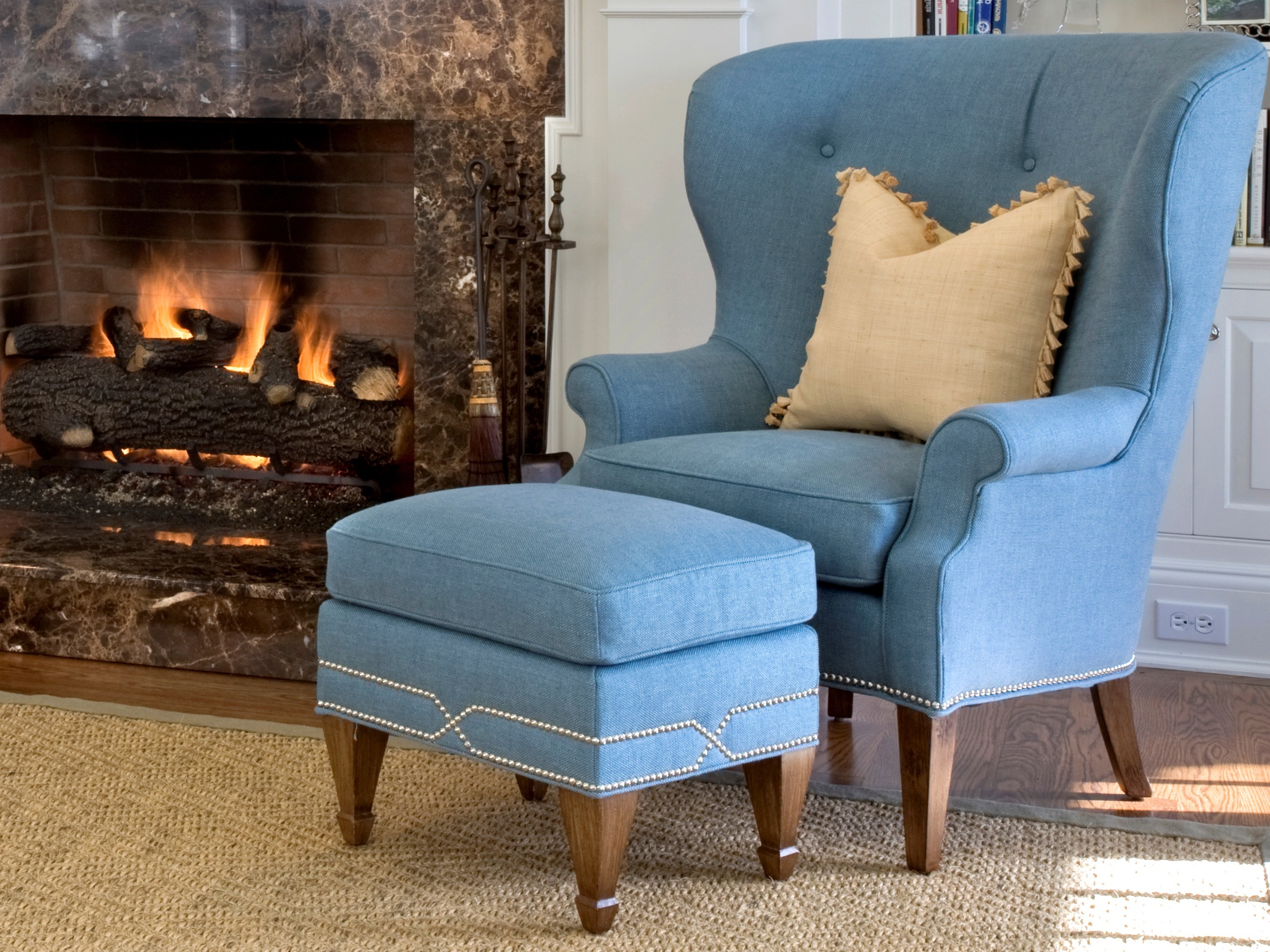 Cozy Queen Anne Chair For Living Room  (Image 4 of 11)