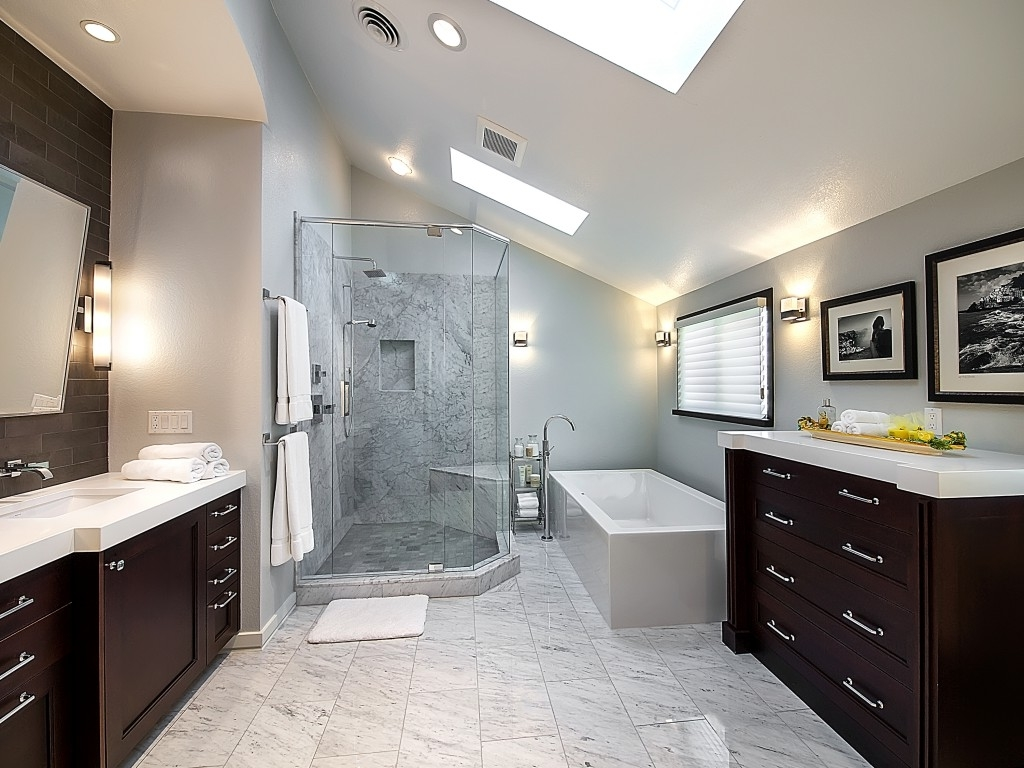 Featured Image of Deluxe Bathroom With White Ceramic