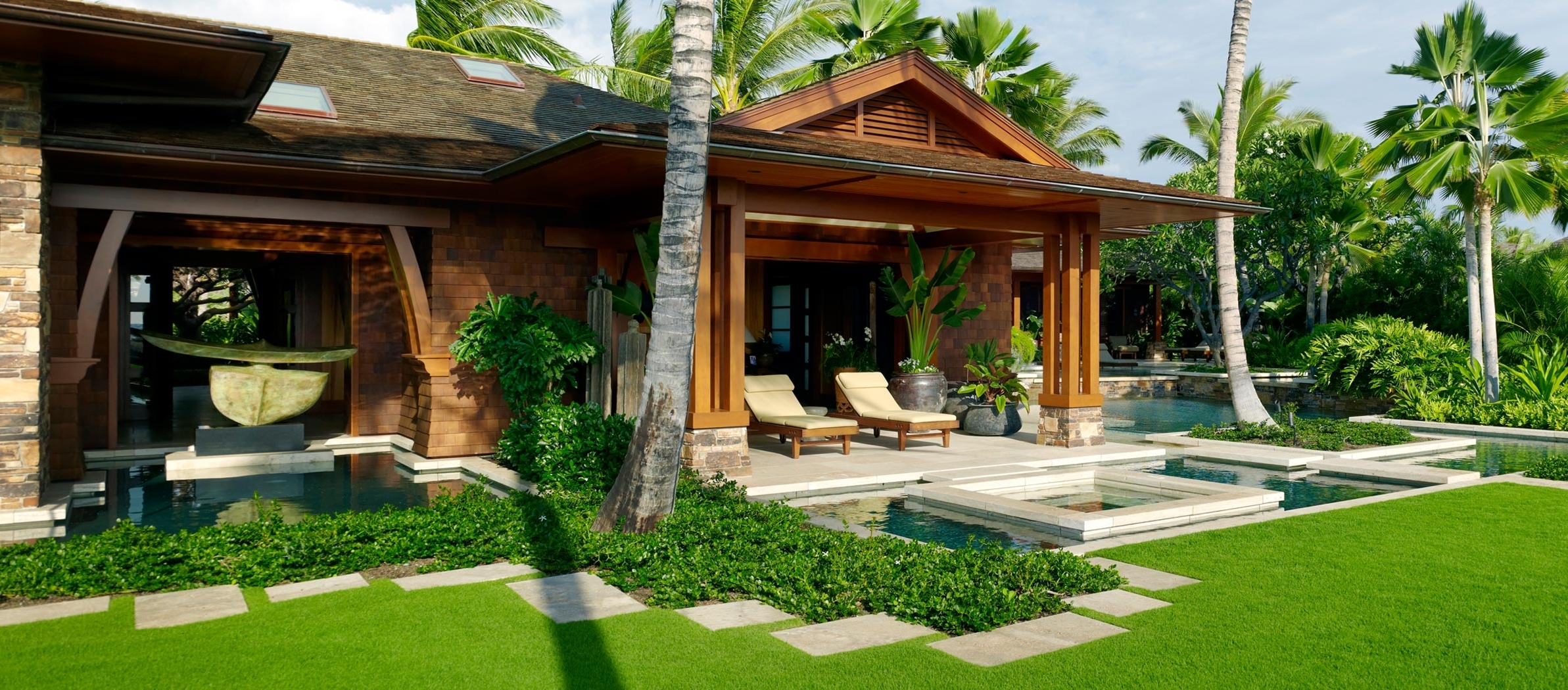 Featured Image of Deluxe Tropical Home Exterior