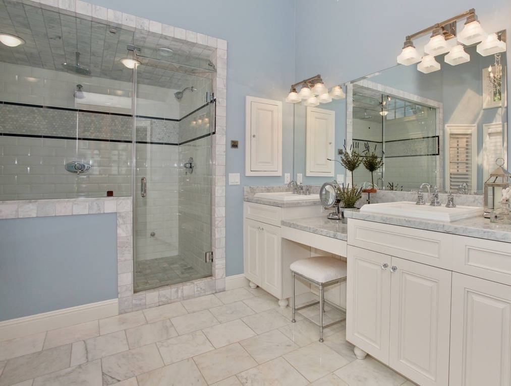 Featured Image of Gorgeous American Bathrom In Blue And White Color