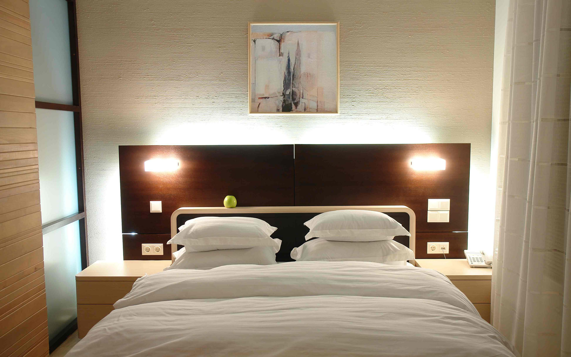 Featured Image of Modern Bedroom Wall Decor