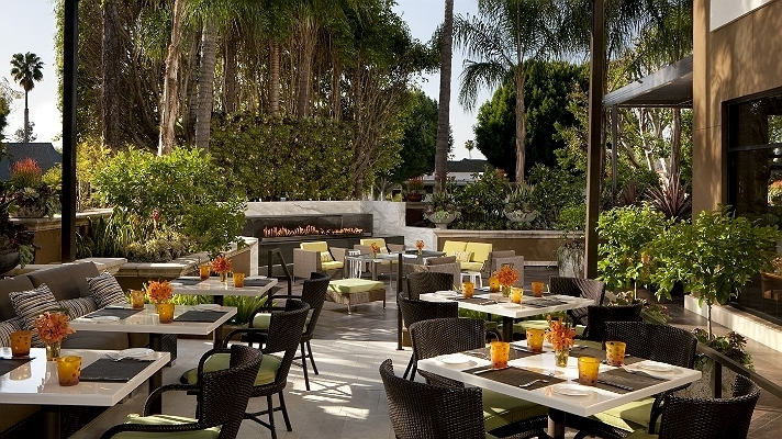 Featured Image of Photo Of Contemporary Restaurant Patio