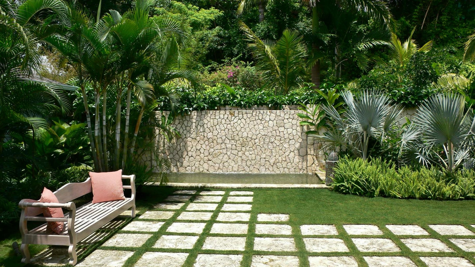 Featured Image Of Simple Tropical Home Garden