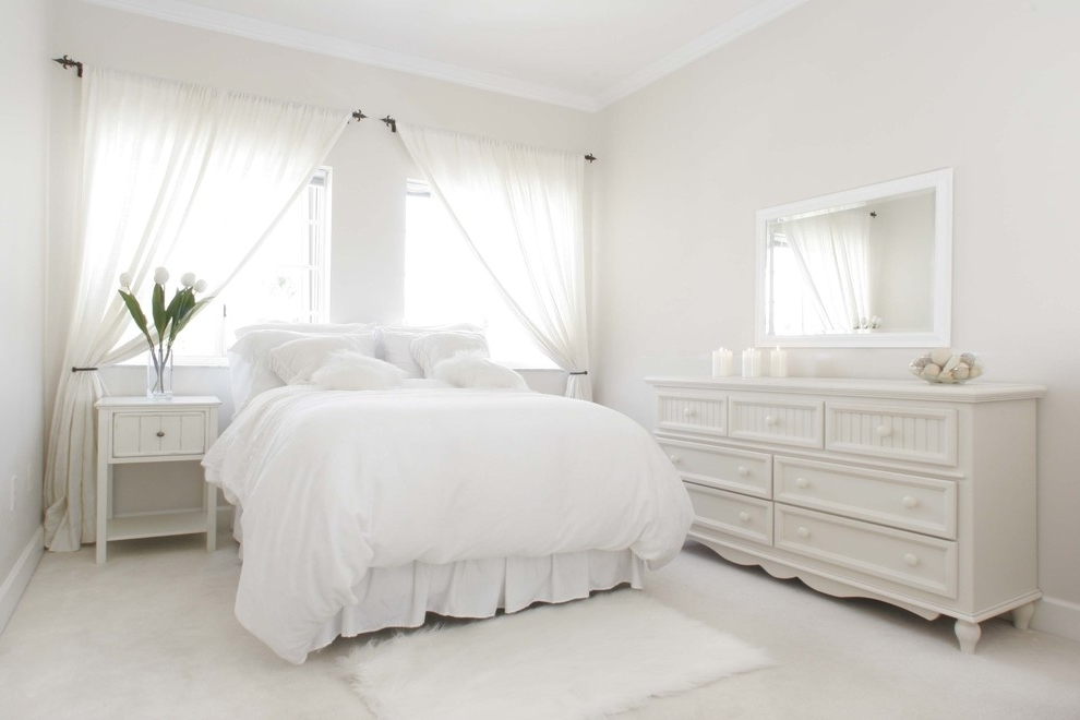 Featured Image of Simply White Bedroom