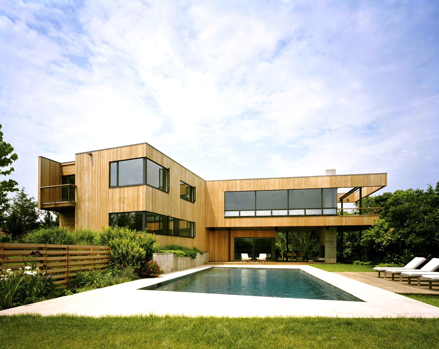 Featured Image of Stylish Swimming Pool For Contemporary House Exterior