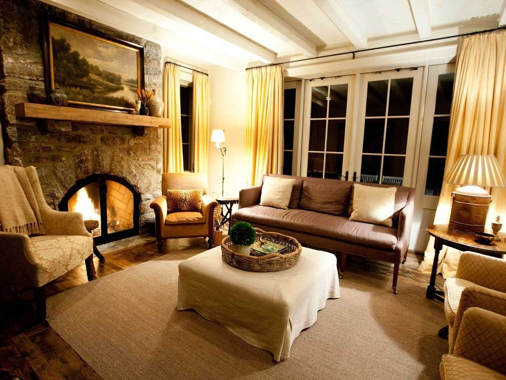 Featured Image of Traditional American Living Room With Fireplace