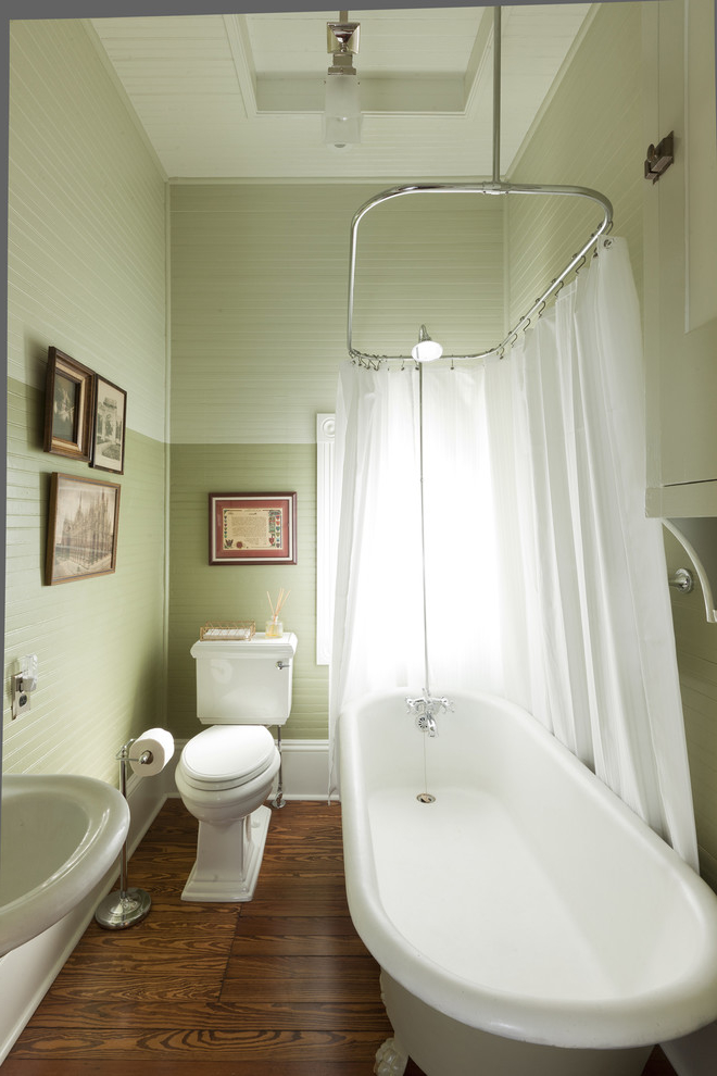 Featured Image of Traditional Tiny Bathroom With Classic Bathtub