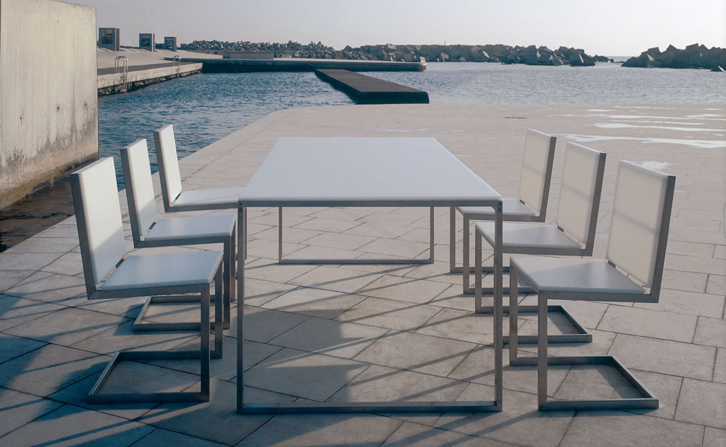 Appealing Modern Outdoor Dining Design Idea With White Dining Table And White Chairs Appealing Modern Outdoor Dining Design Ideas (View 11 of 28)