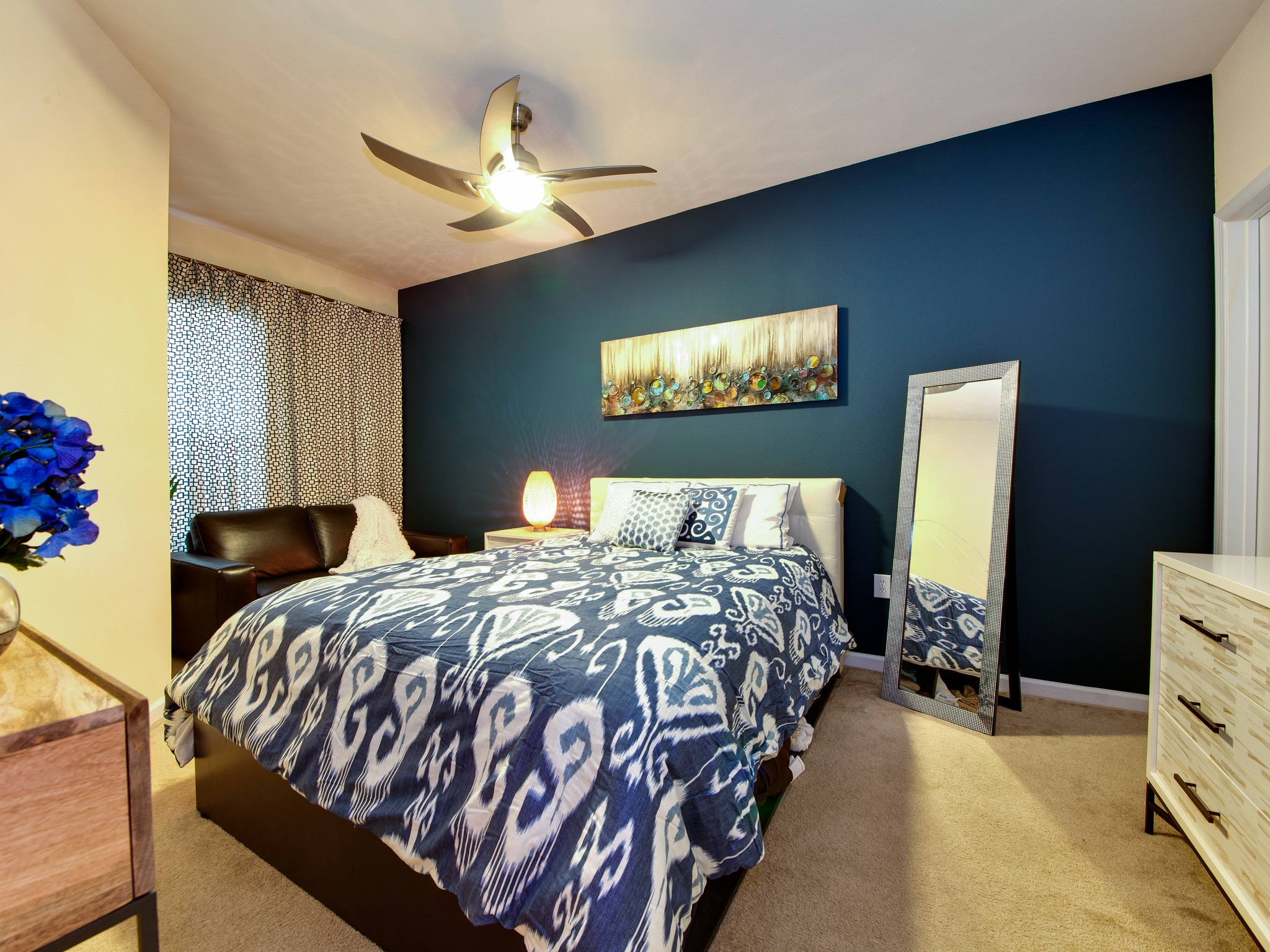 Peacock themed bedroom with luxurious feeling 16414 Modern bedroom blue