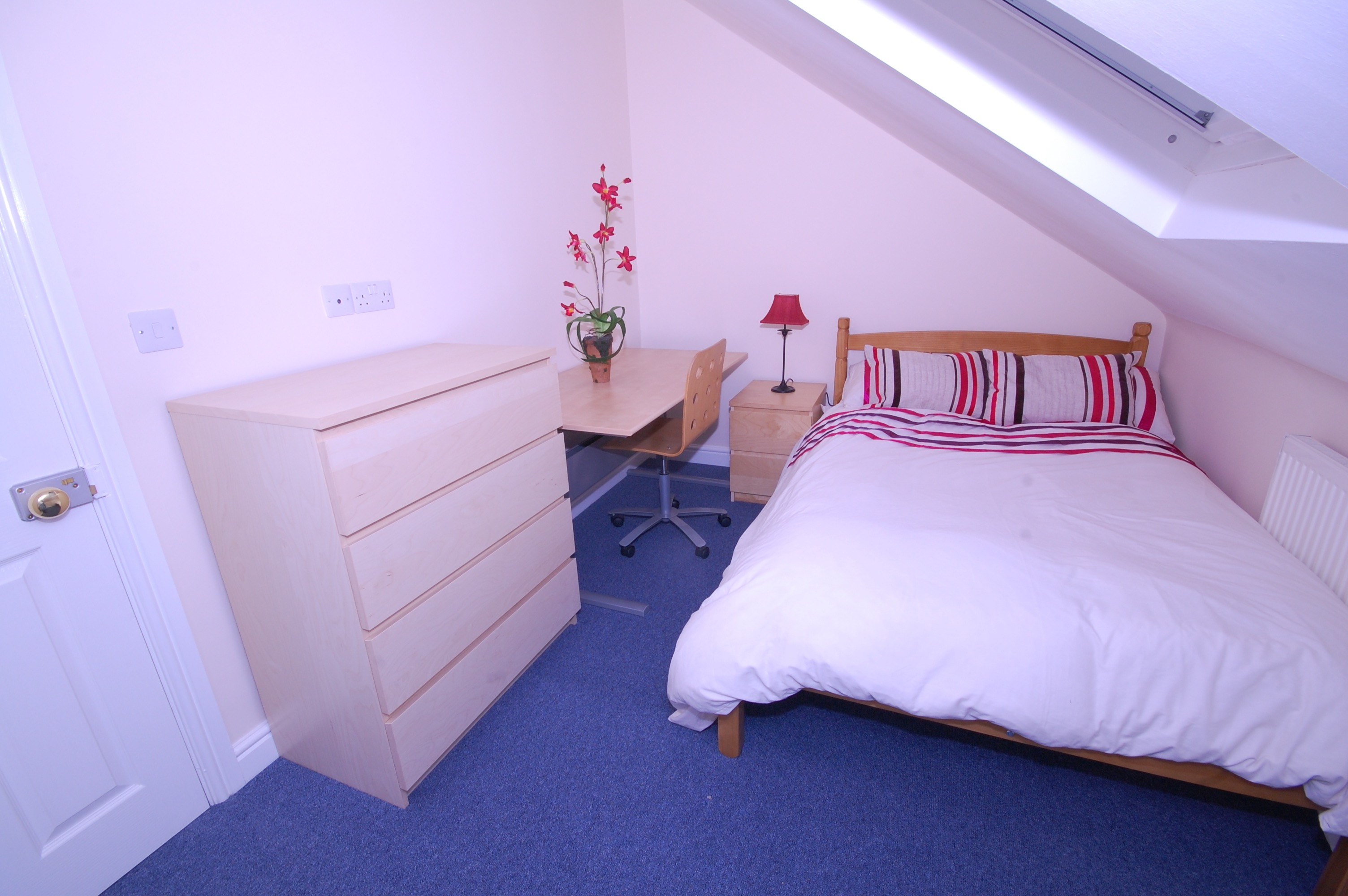 Attic Bedroom Chic Design Ideas (View 1 of 23)