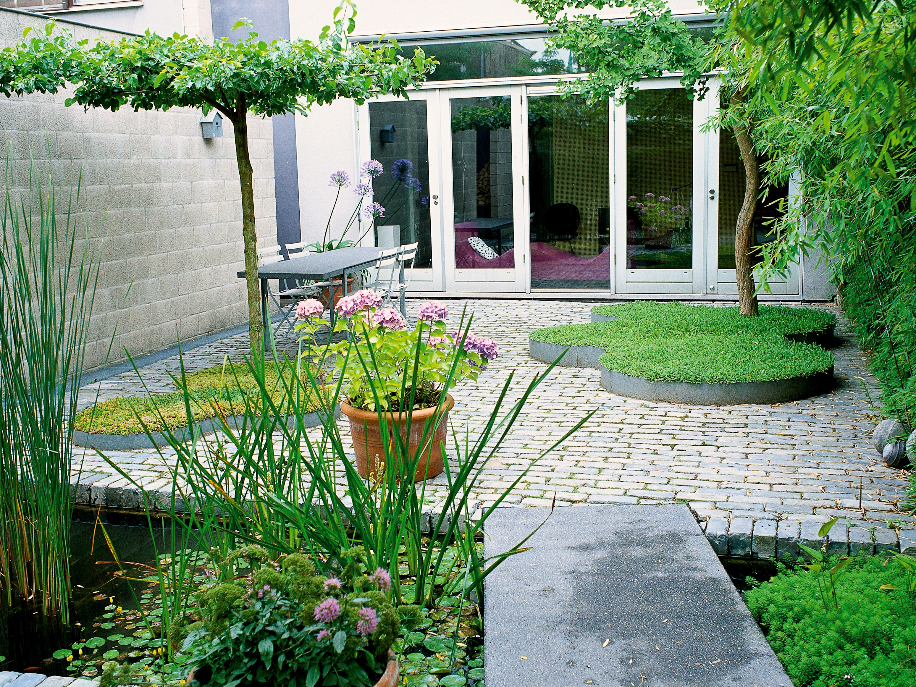Contemporary English Garden With Minimalist Design (Image 7 of 35)