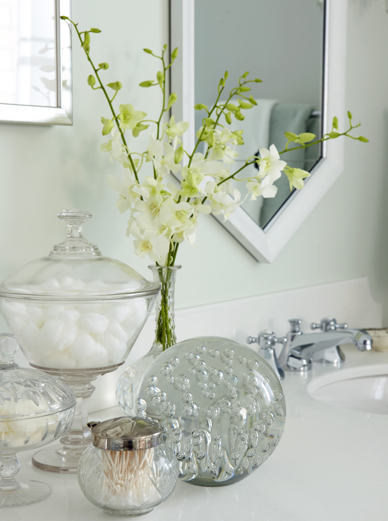 Decorative Glass Jars And Flowers As Modern Bathroom Accessories (Image 5 of 14)