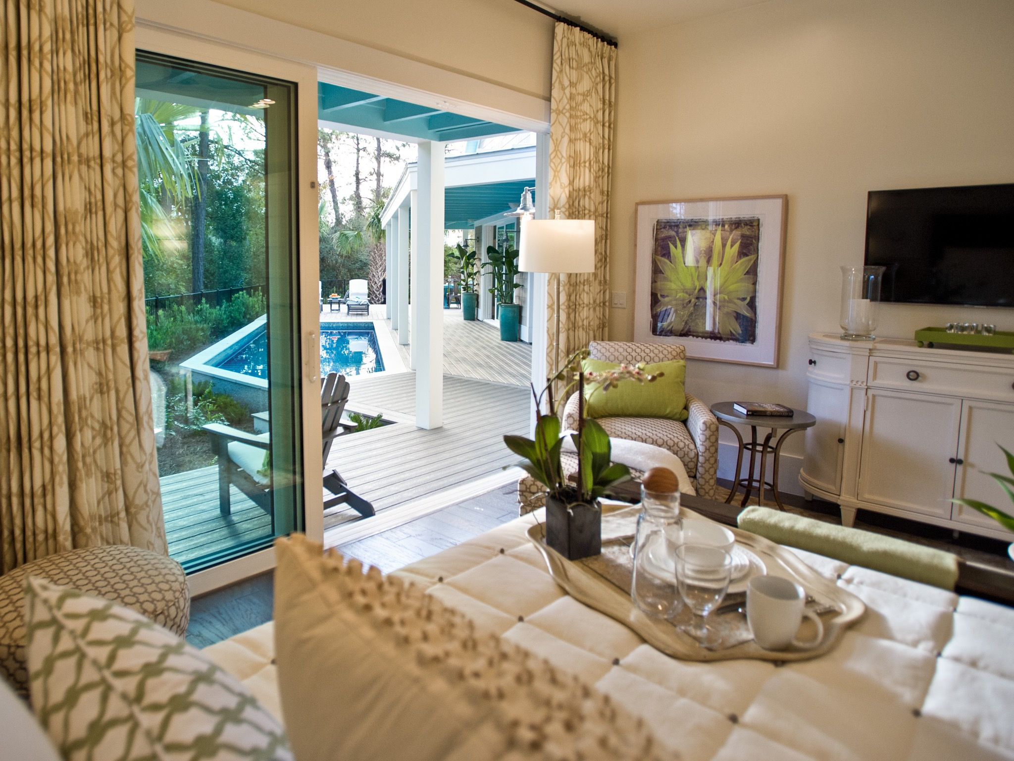 Luxurious Modern Master Bedroom With Sliding Door To Access Poolside Deck (Image 5 of 13)