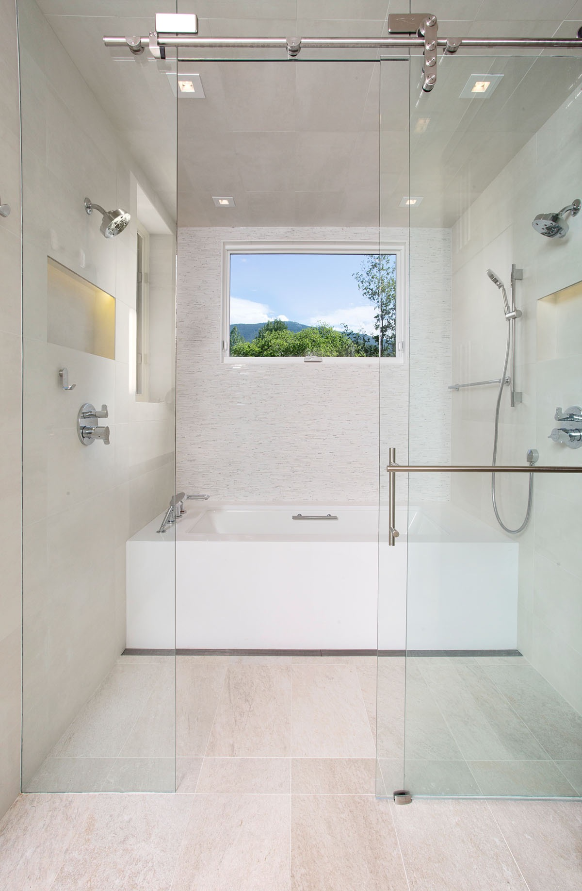 Minimalist Modern Bathroom With Shower And Soaking Tub (View 10 of 19)