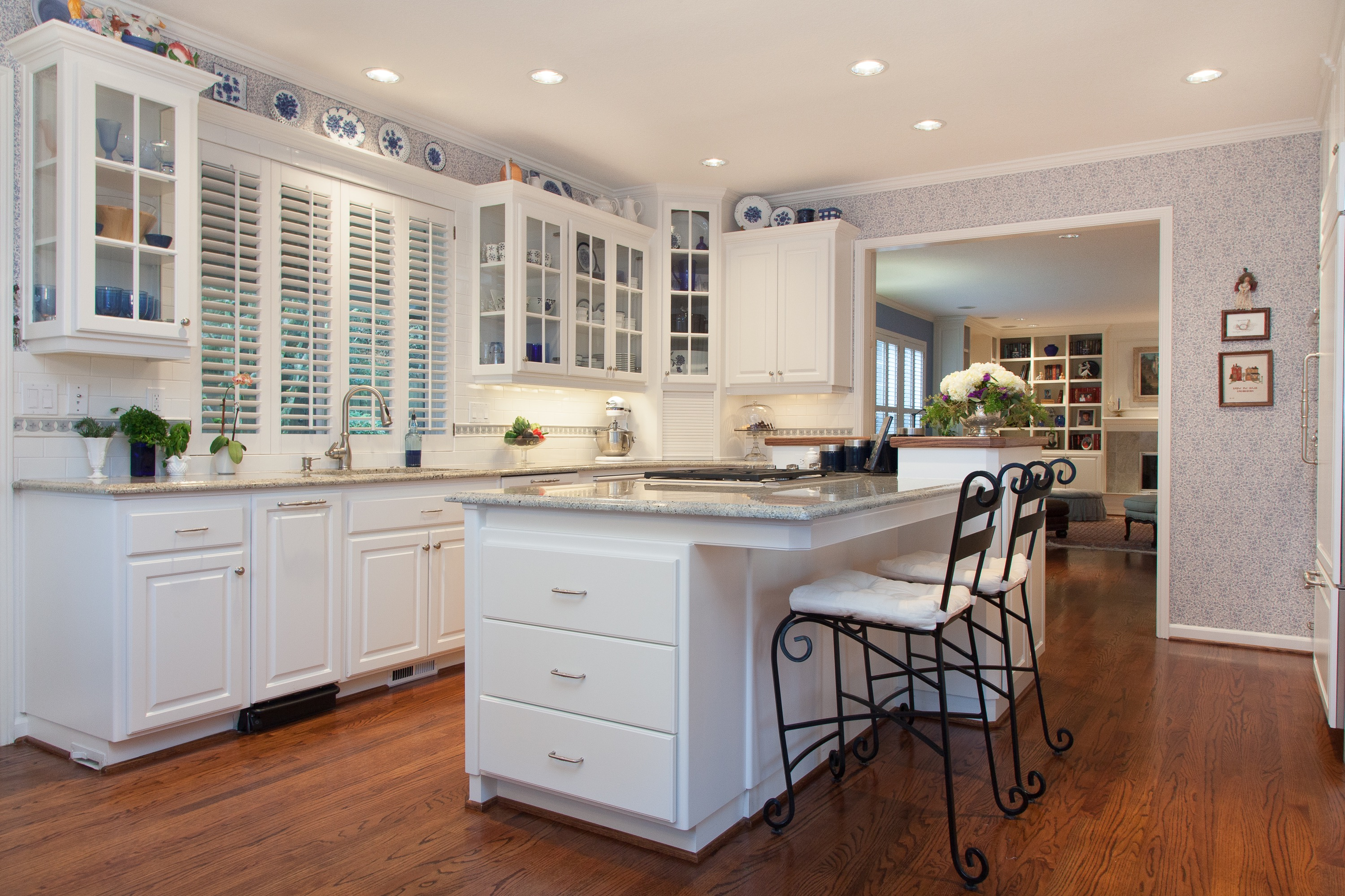 Open Kitchen With Eat In Kitchen Island (View 16 of 23)