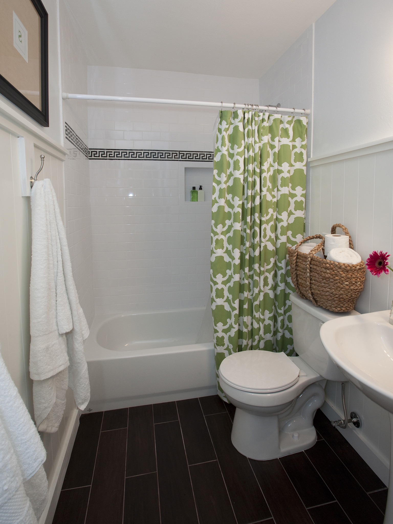 Small Bathroom With Green Shower Curtain (Image 10 of 14)