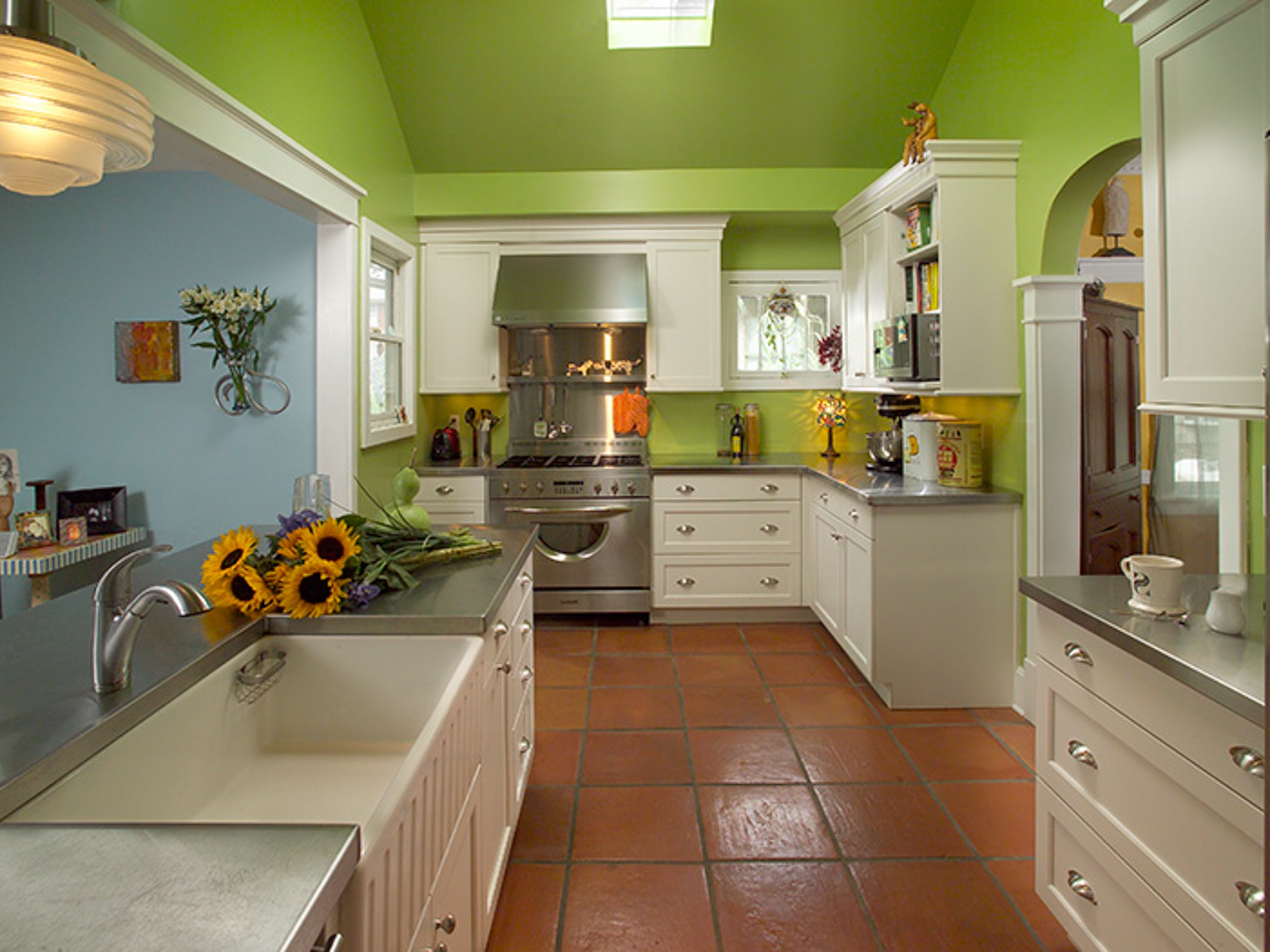 Tropical Kitchen And Laundry Room Interior Combo (Image 7 of 7)