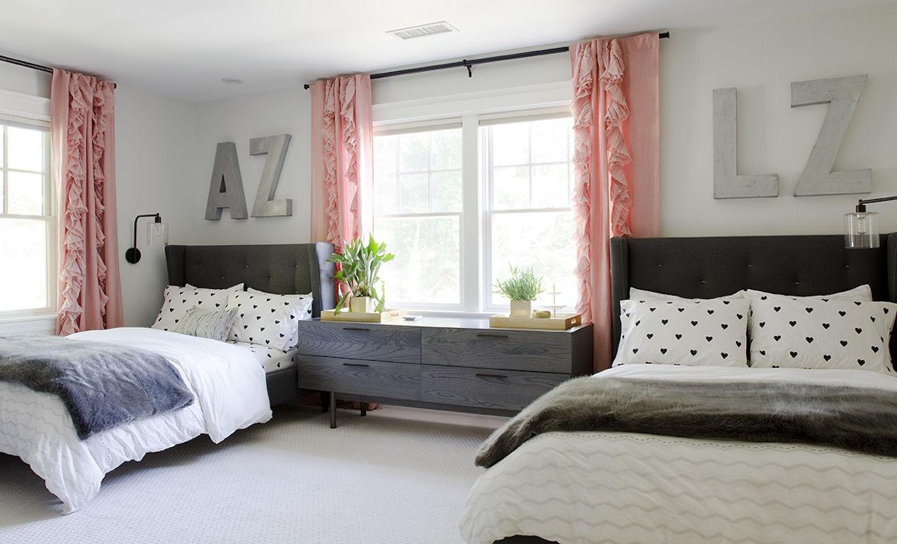 Twin Kids Bedroom With Twin Bed And Ruffled Pink Curtains (View 10 of 35)