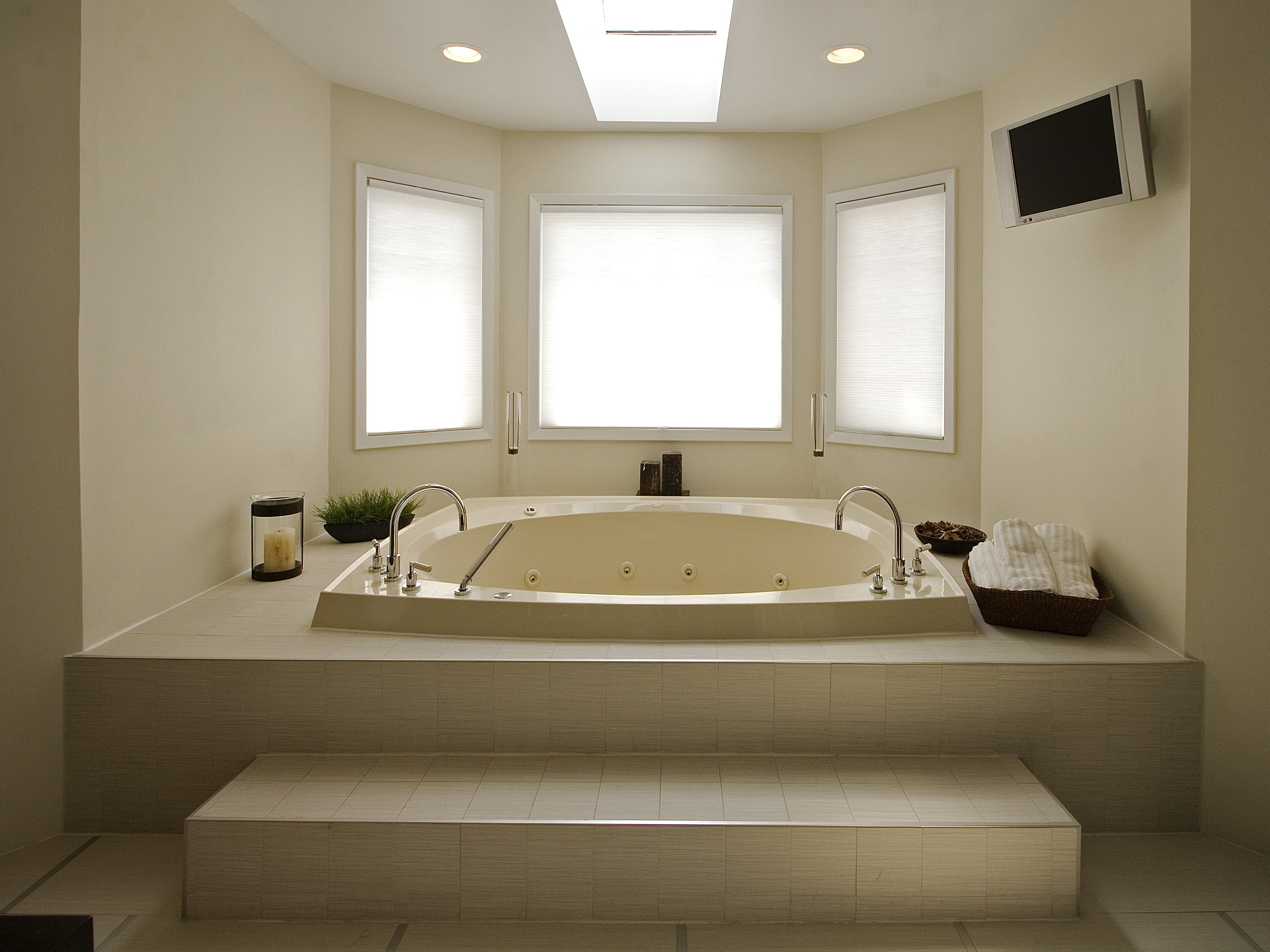 Whirlpool Bathtub In Stunning White Classic Bathroom (Image 29 of 29)