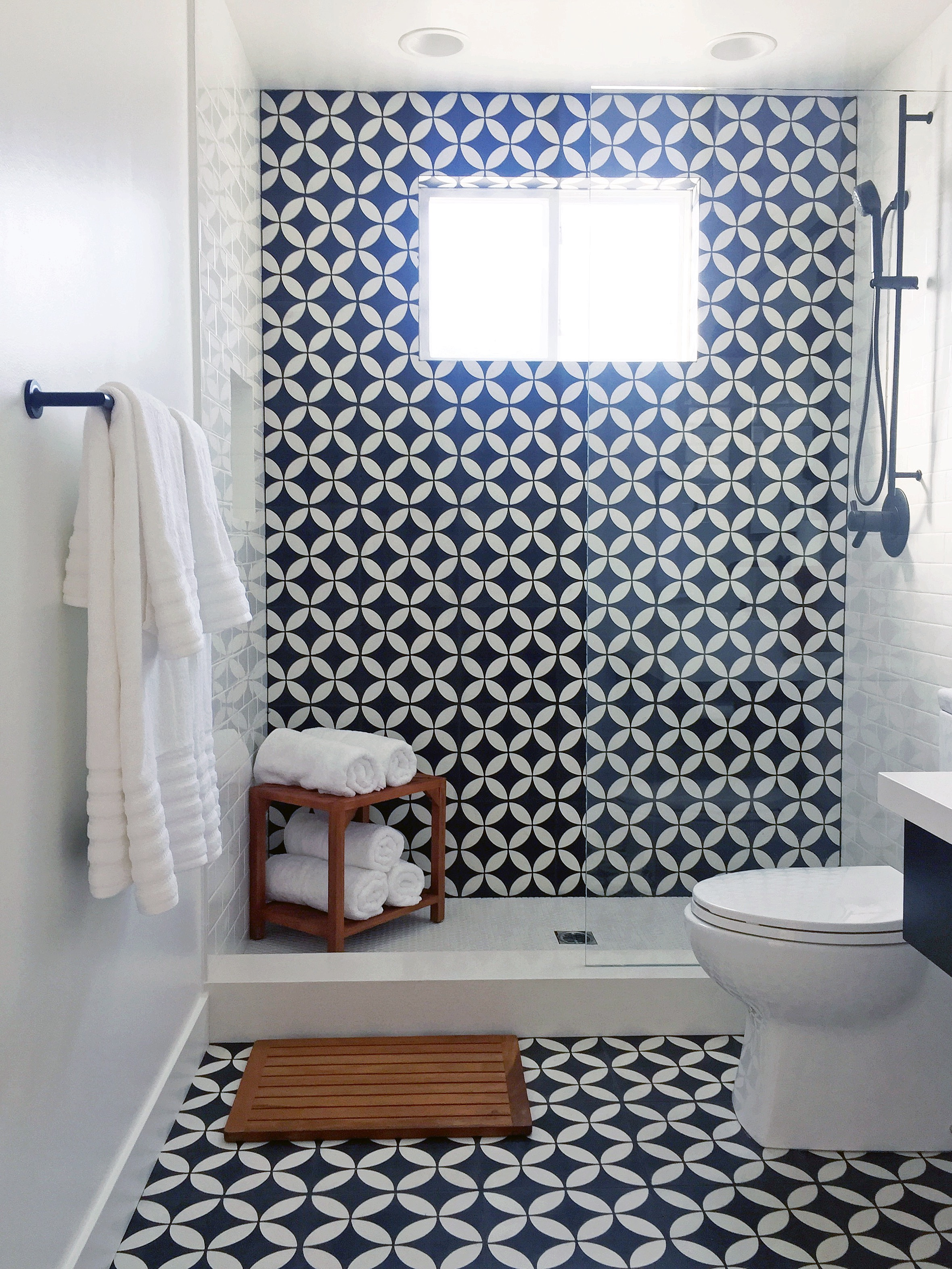 Black And White Small Bathroom Shower And Toilet Combo (Image 4 of 14)