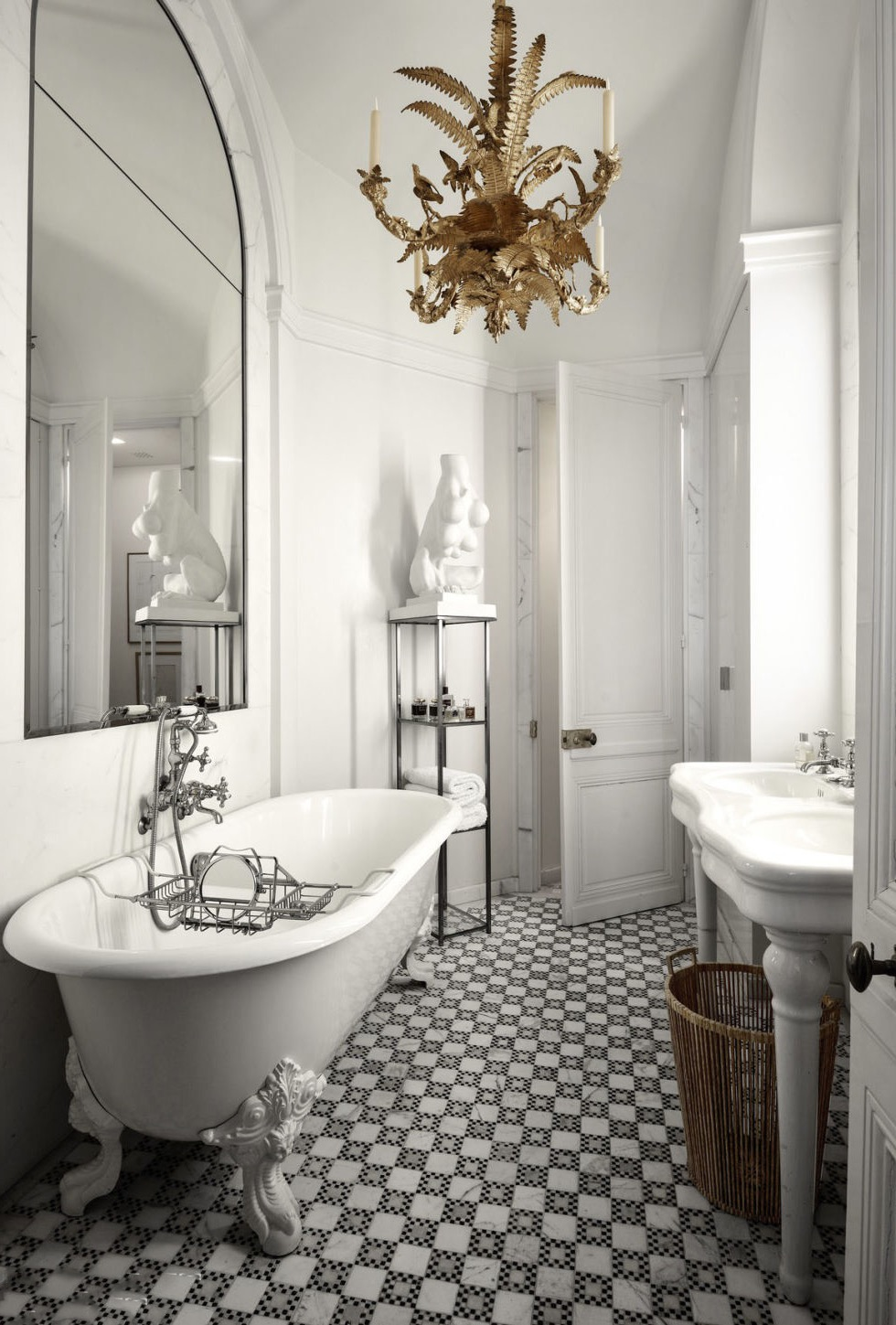 Classic Black And White Bathroom Interior Decor Theme (Image 5 of 14)