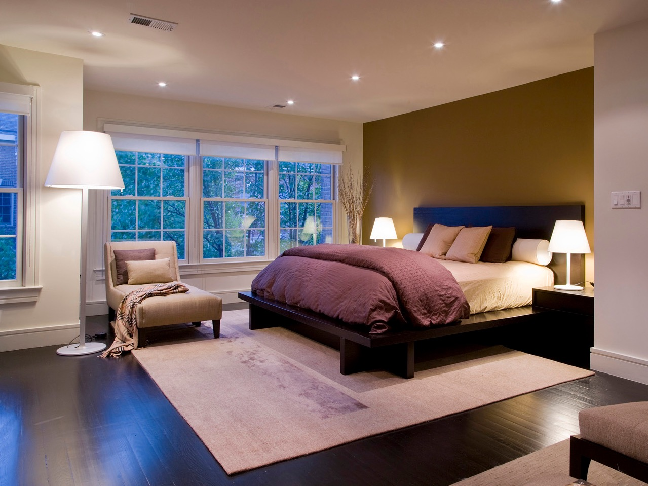 Deluxe Modern Bedroom Decor For Limited Interior Space (View 12 of 16)