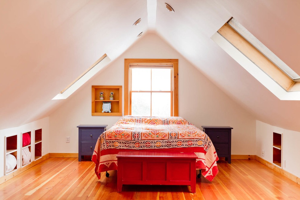 Eclectic Attic Bedroom In Colorful Decoration (View 6 of 23)