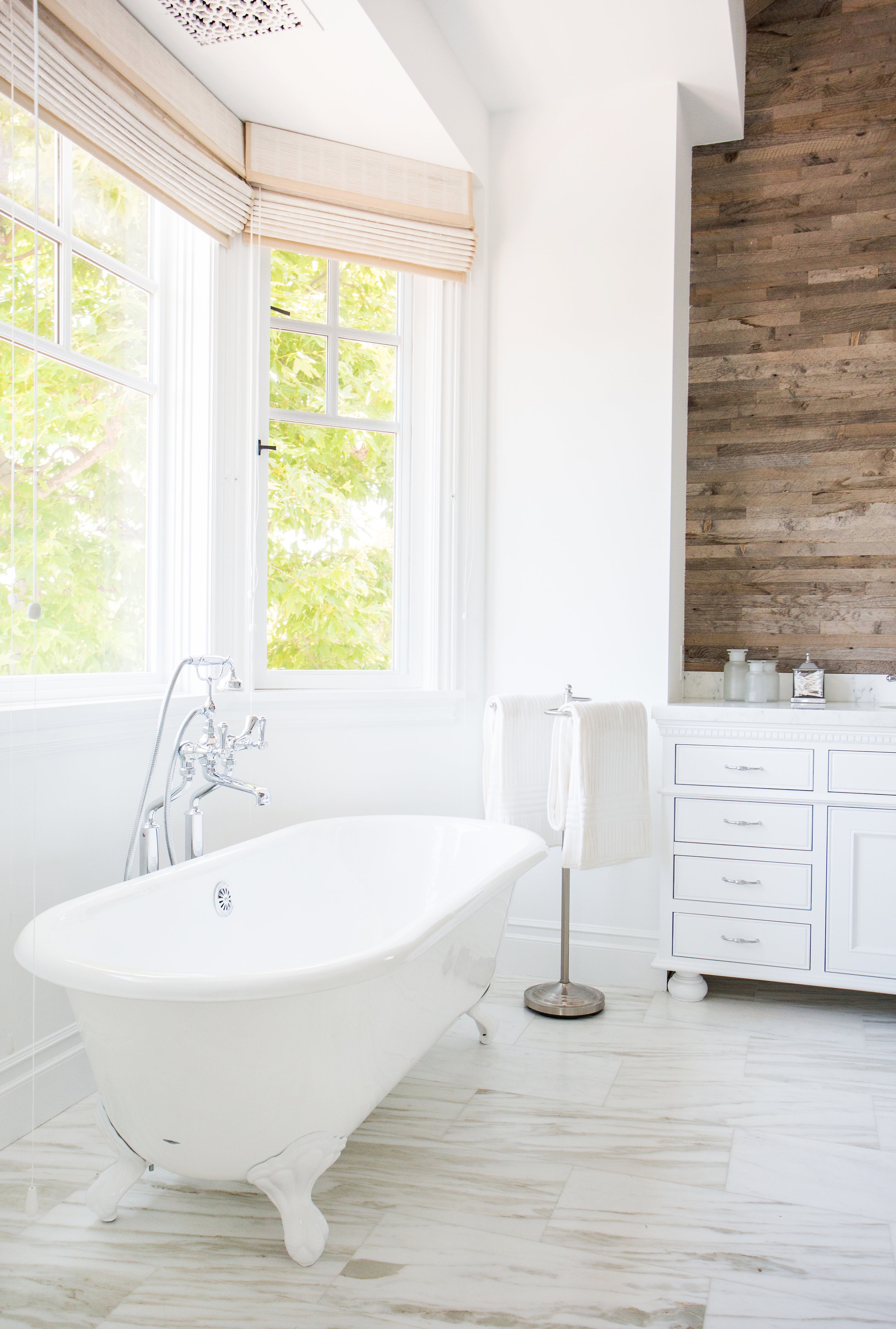 Elegant Clawfoot Tub Brings Classic Element To Luxurious Master Bathroom (Image 19 of 29)