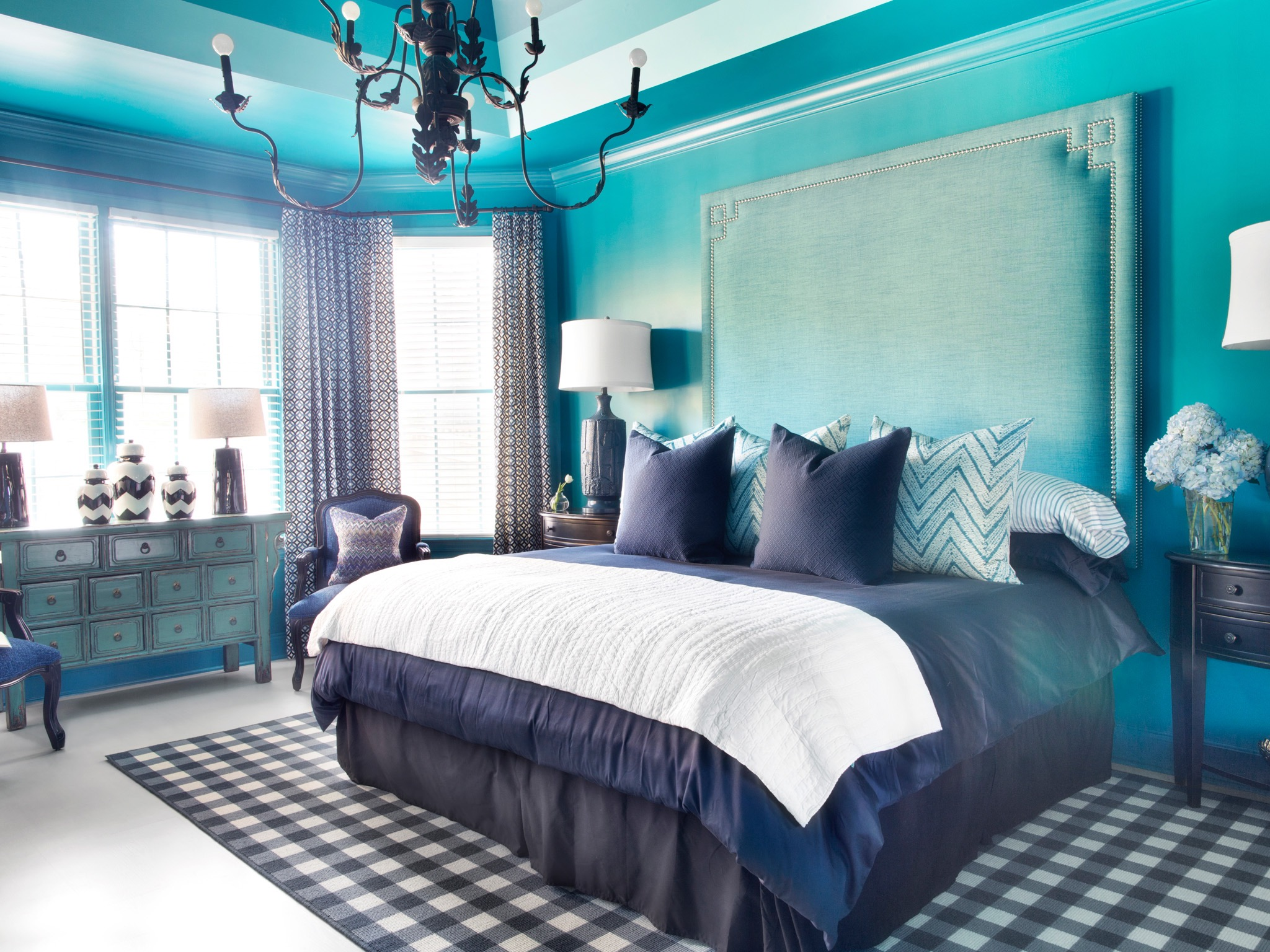 Stylish Master Bedroom Decor In Blue Color Theme (Image 27 of 28)