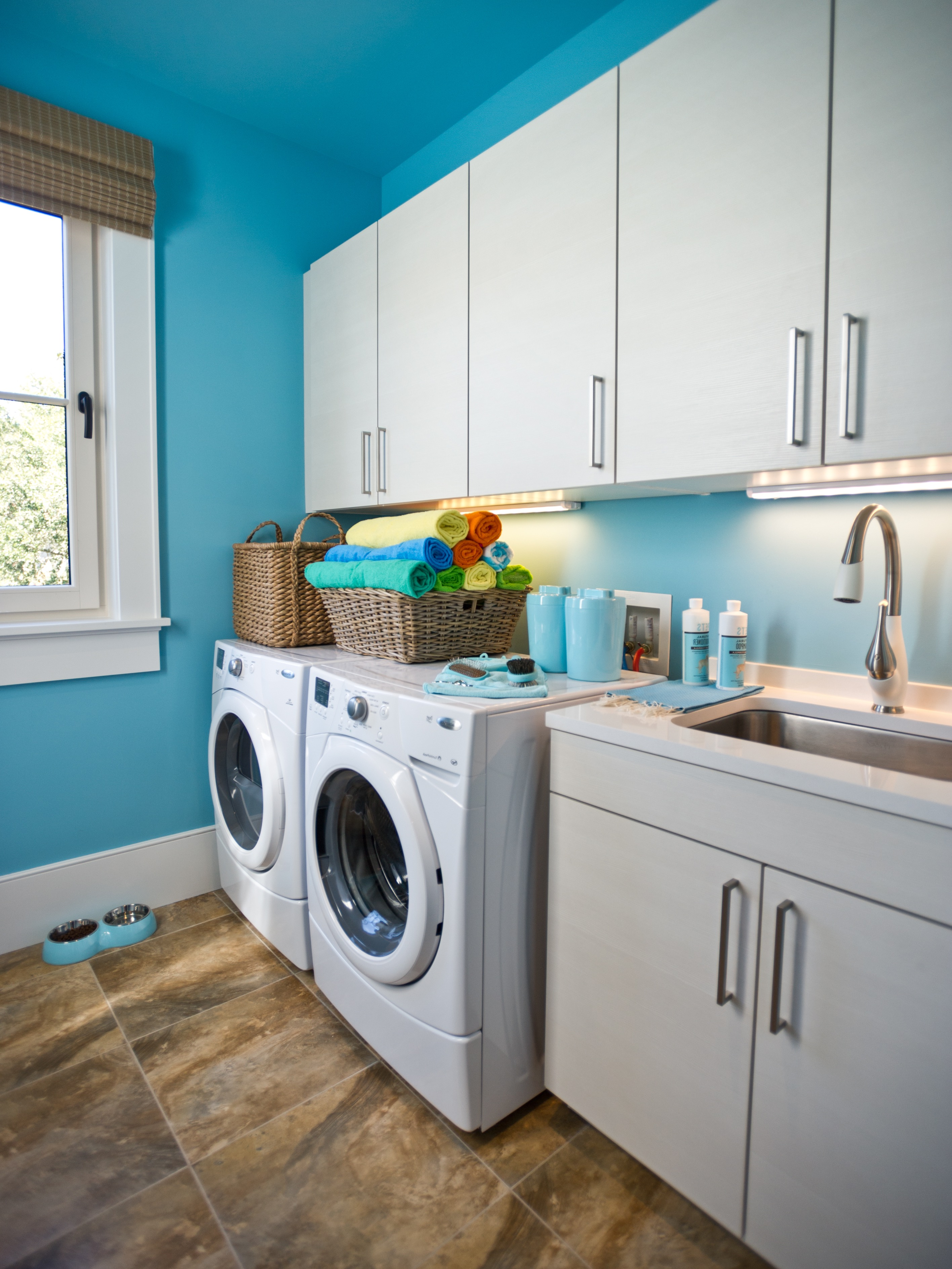 Warm And Cozy Laundry Room Design (Image 23 of 26)