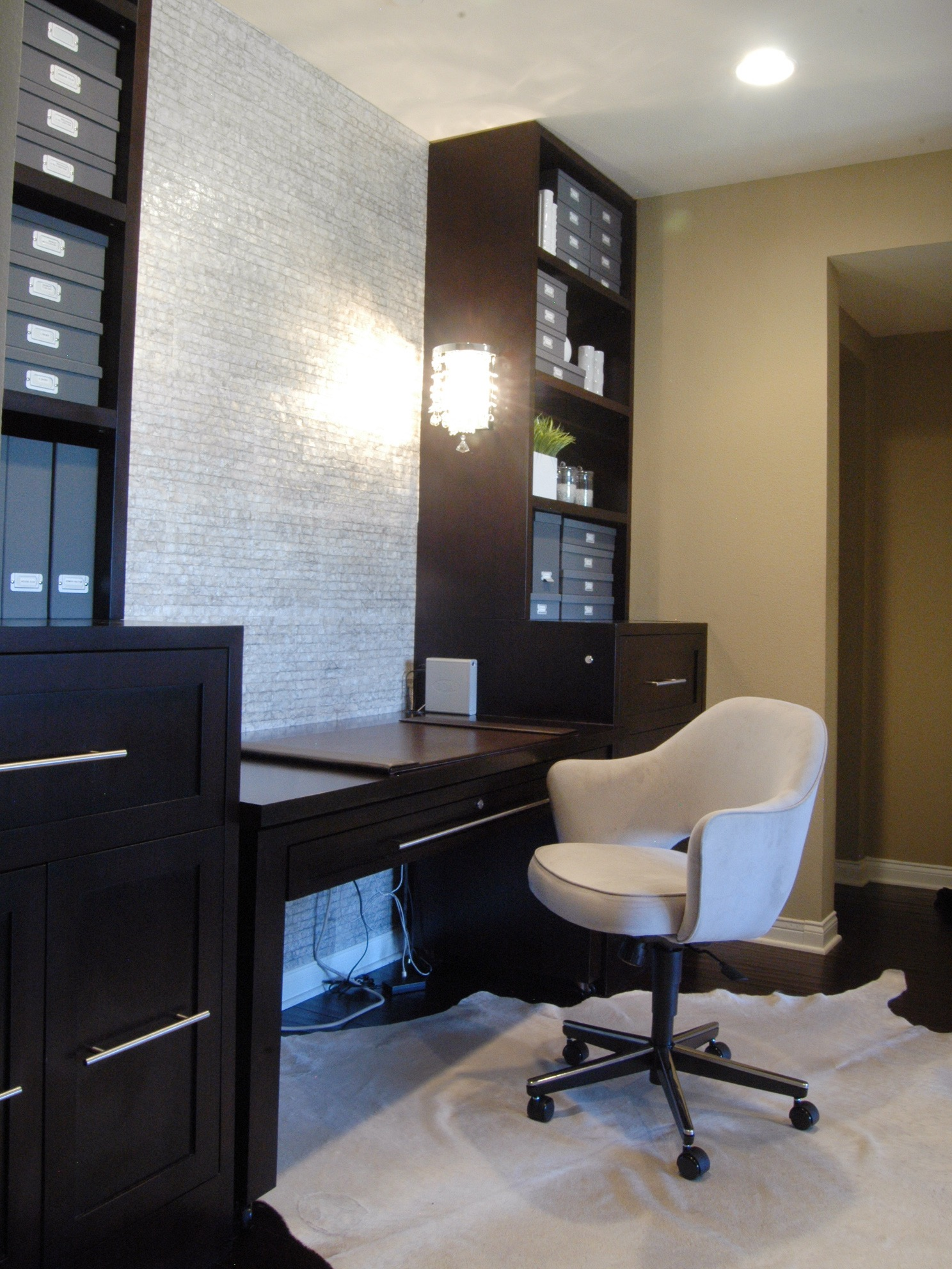 Black And White Home Office With Pearlized Tile Wall (View 2 of 50)
