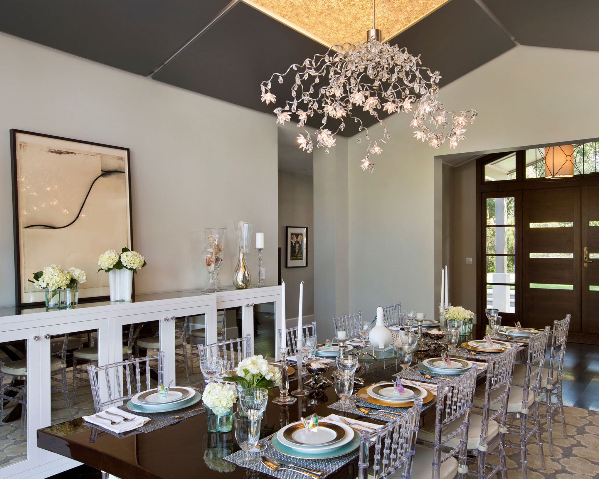 Contemporary Dining Room With Floral Chandelier For Christmas (Image 5 of 32)