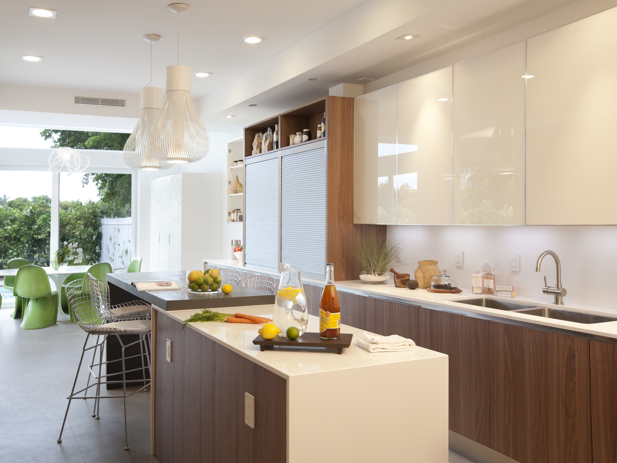 Glossy White Color For Lacquered Kitchen Cabinets (Image 7 of 18)