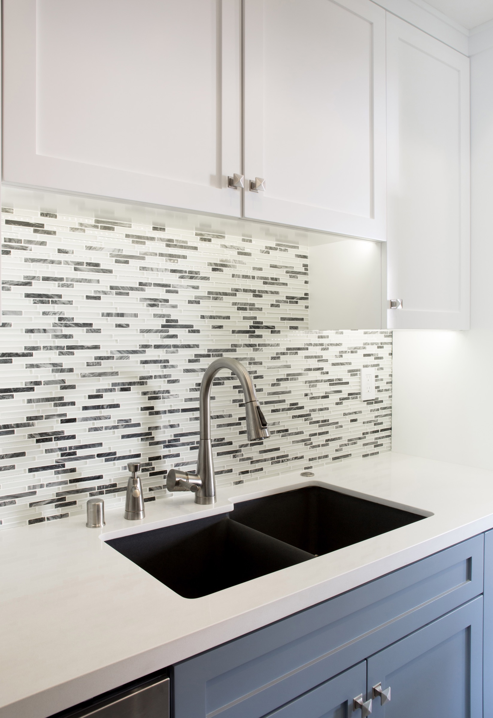 Gray And White Glass Tile Kitchen Backsplash (Image 11 of 32)