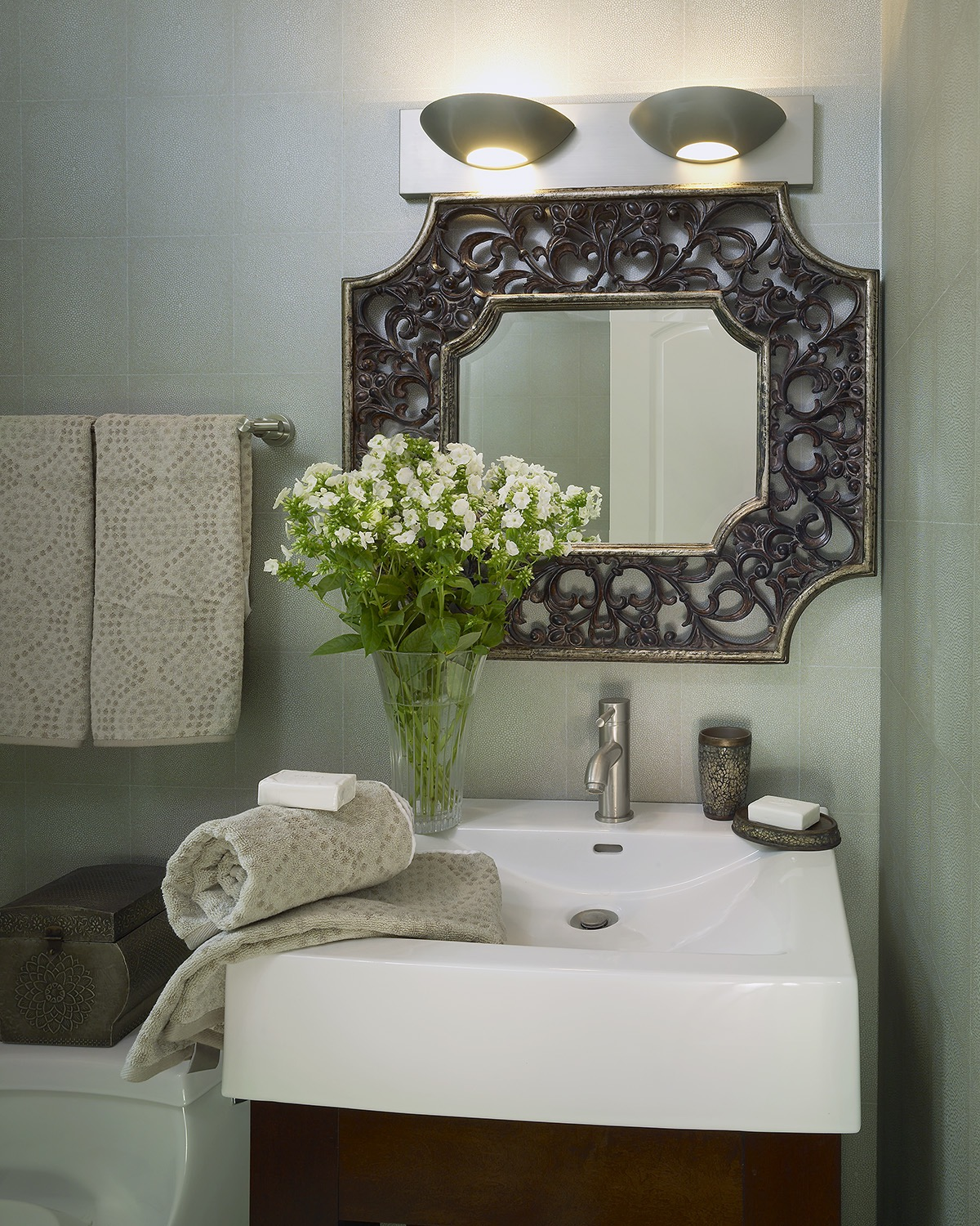 Hollywood Mirror For Tiny Bathroom Interior (Image 1 of 4)