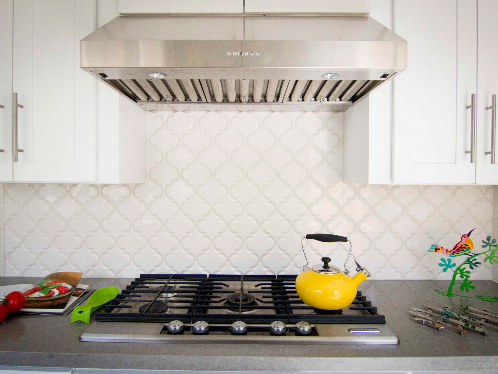 Kitchen Range With White Lantern Tile Backsplash (Image 15 of 32)